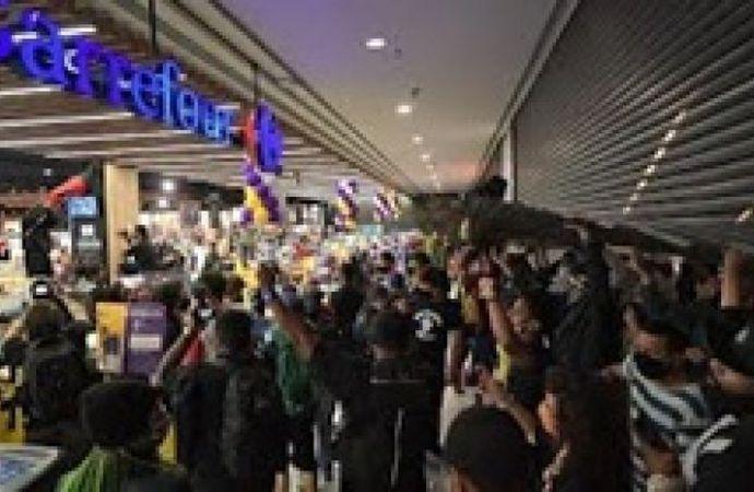 شاهد.. برازيليون يقتحمون كارفور بعد مقتل رجل أسود